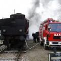 Gasilci črpajo vodo v tender lokomotive.