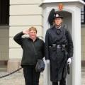 Helenin pozdrav pred kraljevo palačo